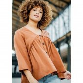 This is Rozan! This graceful romantic top is destined to have you daydreaming about sunshine and summertime. The elegance is all in the details. The V-neck, set in sleeves with ruffle cuff, and separate button placket make Rozan a true gem. Bring on the summer!⠀⠀⠀⠀⠀⠀⠀⠀⠀ ⠀⠀⠀⠀⠀⠀⠀⠀⠀ #FibreMoodRozan |Fibre Mood 13⠀⠀⠀⠀⠀⠀⠀⠀⠀ ⠀⠀⠀⠀⠀⠀⠀⠀⠀ #FibreMood #FibreMoodMagazine #SewingMagazine #PatternMagazine #Sew #Sewista #WeLoveSewing #InstaSewing #SewersOfInstagram #Sewcialist #DIY #Couture #MakersGonnaMake #DIYWardrobe #MeMade #MeMadeEveryday #DIYFashion #ILoveSewing #MakeItWewcial #Sewist #MillennialSewing #Sewing #SewistsOfInstagram #JeCouds #JePorteCeQueJeCouds  #FibremoodFabrics #PolytexStoffen #SpringSummer21